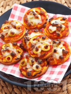 Мини пици с маслини, шунка и топено сирене - снимка на рецептата
